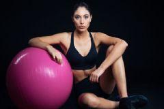 怎样利用瑜伽球锻炼减肥?练习瘦身瑜伽的方法有哪些?[图]