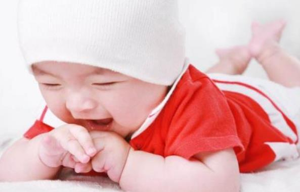 不同时期的宝宝出现吃手的现象 家长要学会正确引导