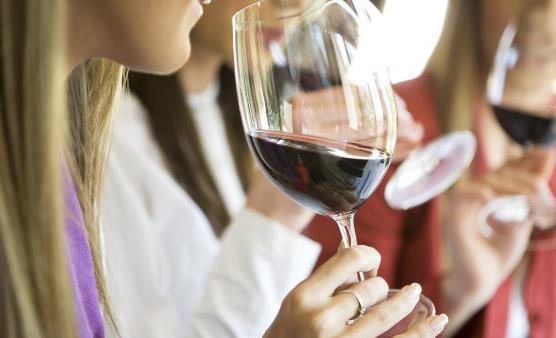 女人喝葡萄酒有什么好处?喝葡萄酒要注意什么?