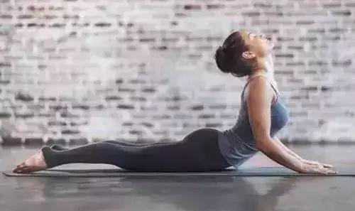 腰间盘突出能练瑜伽吗?瑜伽对腰间盘突出的好处?