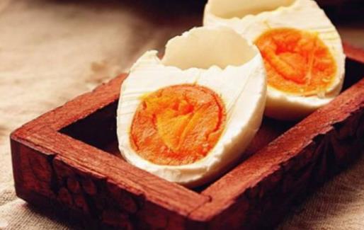 吃咸鸭蛋有什么好处?吃咸鸭蛋要注意什么?